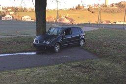 Le verglas propulse deux voitures dans le décor