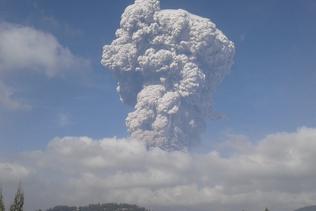 Le volcan Sinabung crache un énorme nuage de cendres en Indonésie