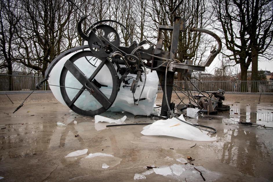 La fontaine Tinguely détruite par la glace