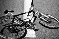 Un automobiliste fauche deux cyclistes et poursuit sa route