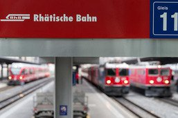 Un train heurte des barres métalliques sur les rails aux Grisons