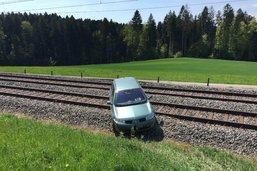 Une voiture termine sur les rails à Chapelle