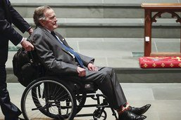 L'ancien président américain George H.W. Bush sort de l'hôpital