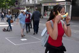 Mille sept sans: des bananes contre le harcèlement de rue