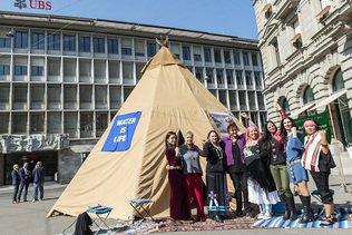 Un tipi de Greenpeace pour dénoncer Credit Suisse et UBS