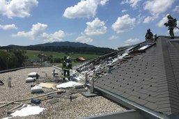Un toit en travaux brûle à Rossens