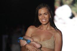 Une mannequin défile en donnant le sein - Les réactions foisonnent