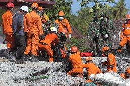 Exode de touristes après un séisme en Indonésie dont le bilan s'alourdit