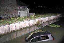 Pfäffikon: Une voiture finit sa course dans les douves d'un château
