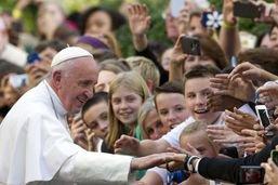 """Prêtres pédophiles aux Etats-Unis: le pape """"du côté des victimes"""""""