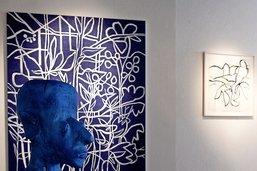 Bustes bleus et toiles fleuries à la galerie Hofstetter
