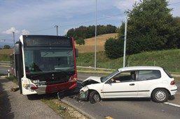 Une voiture percute frontalement un bus TPF