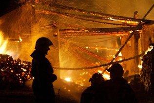 Une femme meurt dans l'incendie d'un bâtiment industriel à Heznach