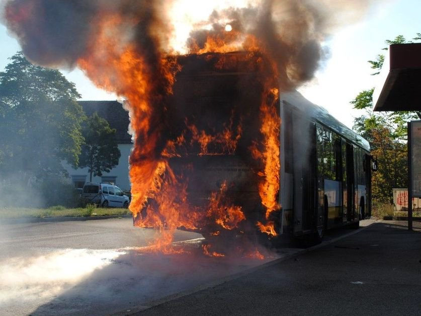 bus de ligne d truit par le feu schaffhouse la libert. Black Bedroom Furniture Sets. Home Design Ideas