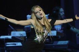 Après avoir frôlé la mort, la chanteuse Avril Lavigne revient