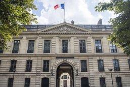 Montres, mugs et macarons: la présidence française lance sa marque