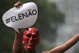 """Brésil: """"Pas lui!"""", les femmes dans la rue contre Bolsonaro"""