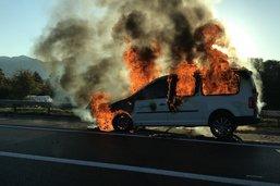 Une voiture détruite par les flammes sur l'autoroute A12 à Bulle
