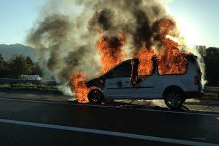 Une voiture en feu sur l'autoroute A12 à Bulle