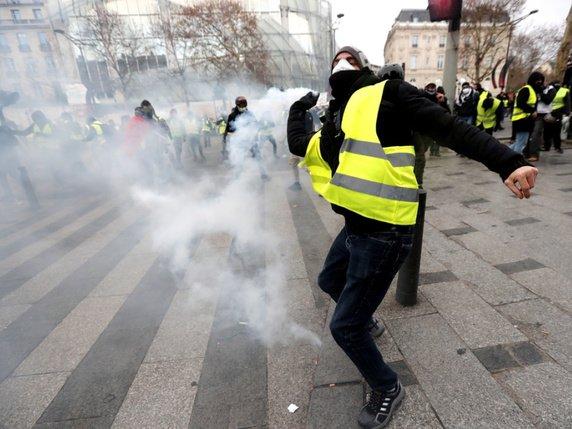 La tension est assez vite montée samedi en fin de matinée aux abords des Champs-Elysées où les forces de l'ordre ont lancé les premiers gaz lacrymogènes contre des