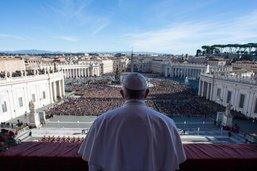 """Le pape François livre la traditionnelle bénédiction """"Urbi et orbi"""""""
