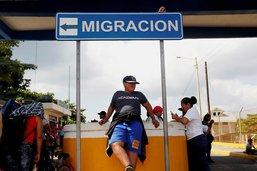 Des premiers groupes de migrants passent la frontière mexicaine