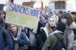 Plus de mille étudiants défilent pour le climat à Fribourg