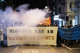 La police contient les manifestants opposés au discours de Blocher