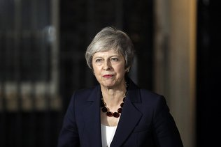 Ebranlée par des démissions, Theresa May menace d'un non-Brexit