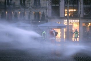 Canon à eau sur les Champs-Elysées pour disperser les Gilets jaunes