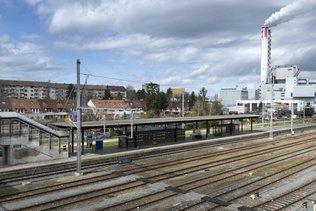 Pneu et jante en acier jetés sur les rails près d'une gare de Bâle