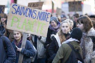 Des milliers de personnes défilent pour le climat à Fribourg