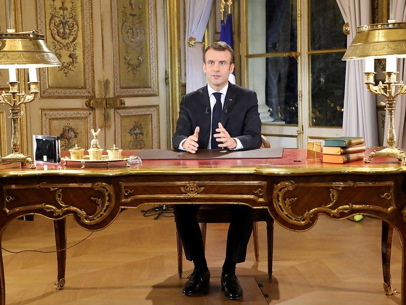 Gilets jaunes: gestes de Macron dans l'espoir de déminer la crise