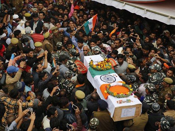 Des chaînes de télévision montraient samedi la foule transportant des  cercueils recouverts du drapeau indien dans plusieurs villes dont Gaya et  Unnao. be871ba4f8a