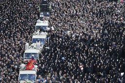 Une foule d'Iraniens crie vengeance aux funérailles des victimes