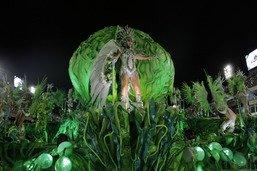 Après l'orage, le carnaval de Rio enflamme le sambodrome