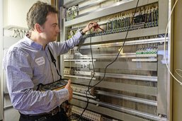 Des inspecteurs de l'électricité