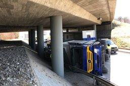 Un poids-lourd accidenté a bloqué la route à Rossens