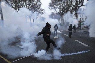 """Le pouvoir dénonce une """"violence insupportable"""" à Lyon"""