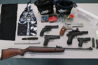 Deux hommes arrêtés à la douane en possession d'armes et de drogue