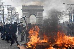 «Gilets jaunes»: incendie et blessés près des Champs-Elysées