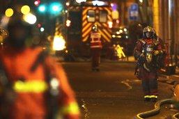 """Un """"violent"""" incendie détruit en partie un immeuble à Paris"""