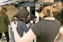 Un stand, des fusils et des femmes