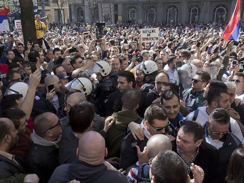 Serbie: des milliers d'opposants rassemblés devant la présidence