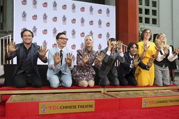 "L'équipe de ""The Big Bang Theory"" laisse ses empreintes à Hollywood"