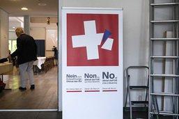 """Les Suisses acceptent le durcissement sur les armes, l'UDC """"triste"""""""