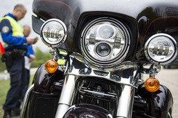 Un motard provoque un accident et prend la fuite