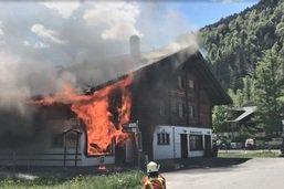 Une bâtisse en proie aux flammes à Gstaad