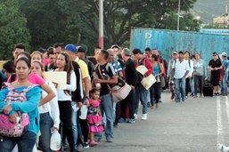 Des milliers de Vénézuéliens en Colombie en quête de vivres