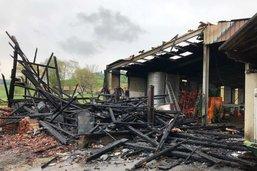 Une grange partiellement détruite par le feu à Vuarmarens